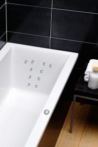 Statt der Badewanne bietet ein Whirlpool wesentlich mehr Entspannungsmöglichkeiten bei gleichem Platzbedarf. Foto: Repabad